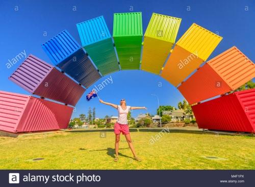 fremantle-australie-jan-7-2018-l-australie-voyage-bienvenue-femme-heureuse-avec-drapeau-australien-beneficie-d-arc-en-ciel-de-conteneurs-maritimes-port-de-fremantle-perth-l-homosexualite-et-symbole.jpg