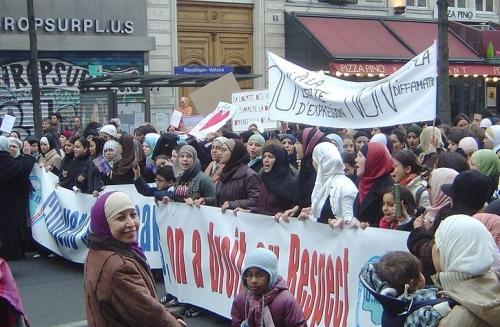 726px-Paris_2006-02-11_anti-caricature_protest_banniere_respect_dsc07541-726x475.jpg